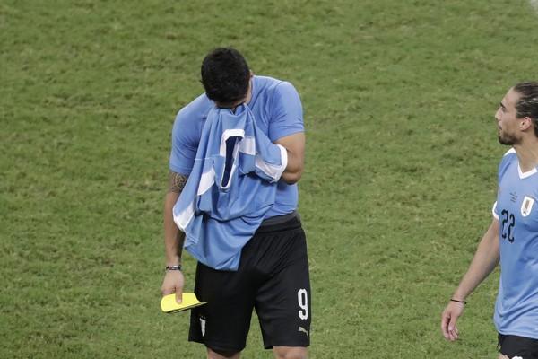 Sklamaný Luis Suárez po