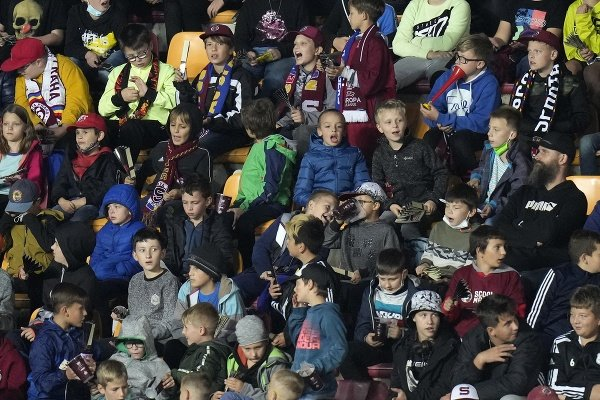 Deti sledujú zápas 2.