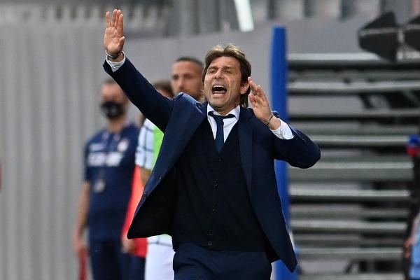 Antonio Conte rozdáva pokyny