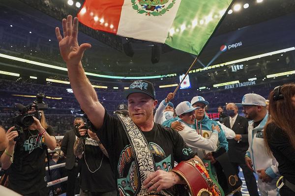 Canelo Alvarez oslavuje víťazstvo