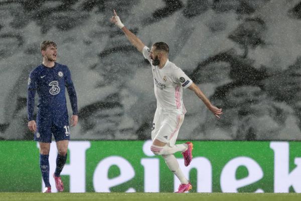 Karim Benzema oslavuje úvodný