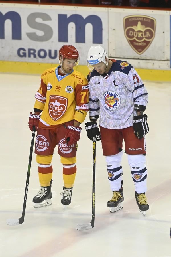 Hráči búchajú hokejkami o