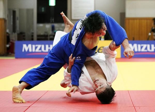 Hifumi Abe víťazným chvatom