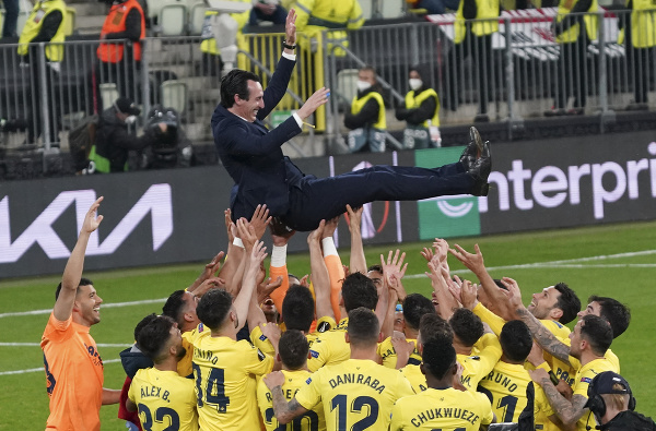 Futbalisti Villarrealu oslavujú s