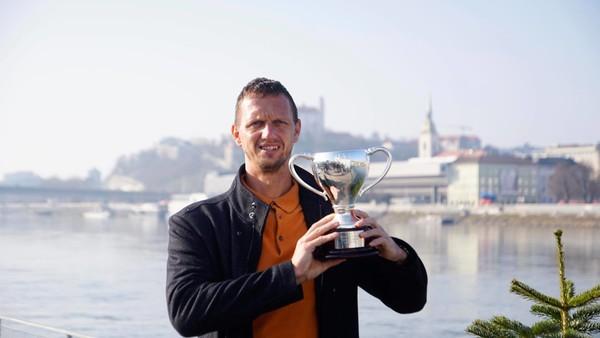 Filip Polášek s trofejou