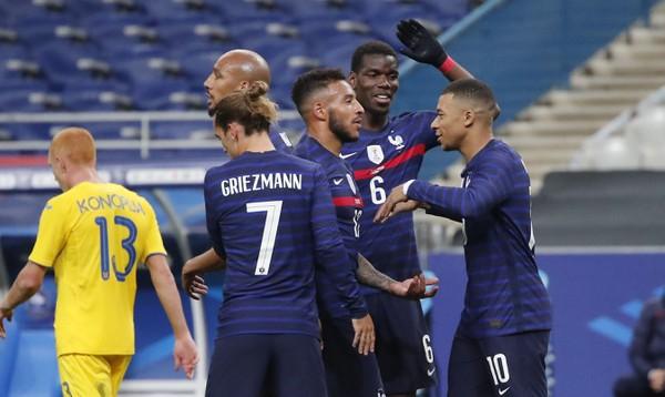 Hráči Francúzska oslavujú gól