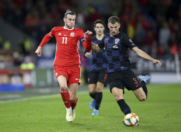 Gareth Bale (v červenom)