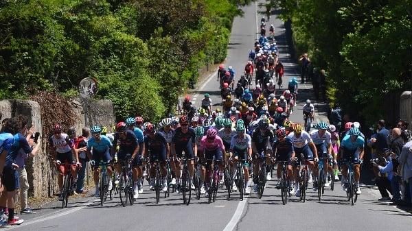 Cyklisti počas 12. etapy
