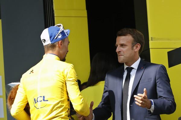 Emmanuel Macron a držiteľ