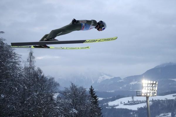 Kamil Stoch počas skoku