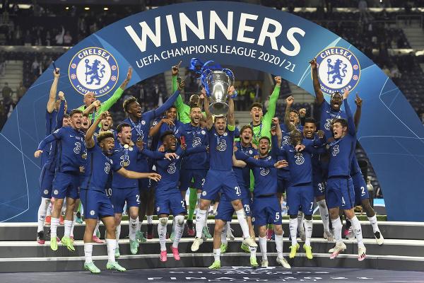 Hráči Chelsea oslavujú s