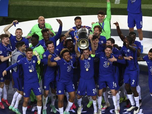 Hráči Chelsea oslavujú zisk
