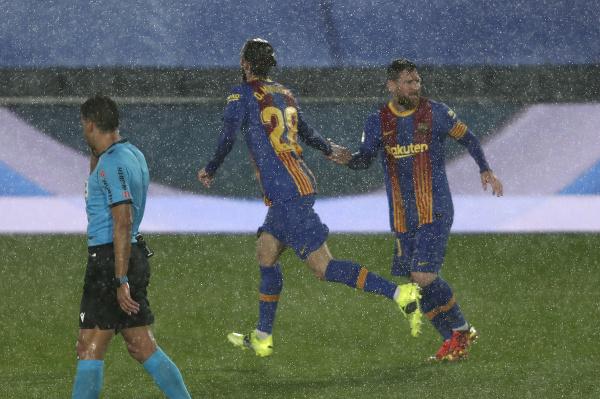 Óscar Mingueza oslavuje gól