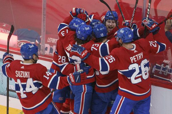 Hráči Montrealu Canadiens oslavujú