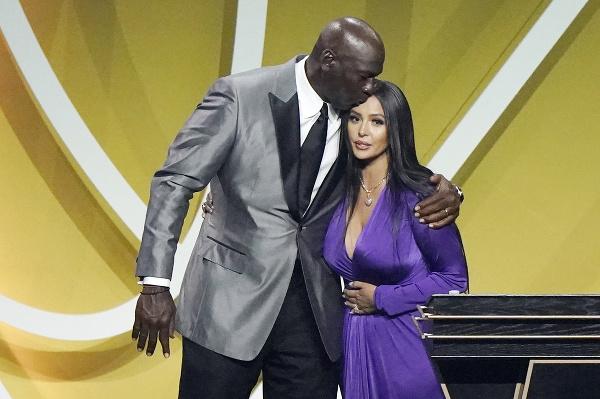 Kobeho Bryanta slávnostne uviedli