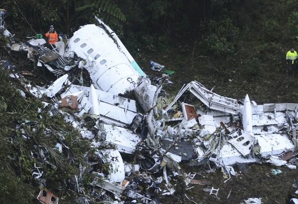 Záchranári prehľadávajú trosky lietadla