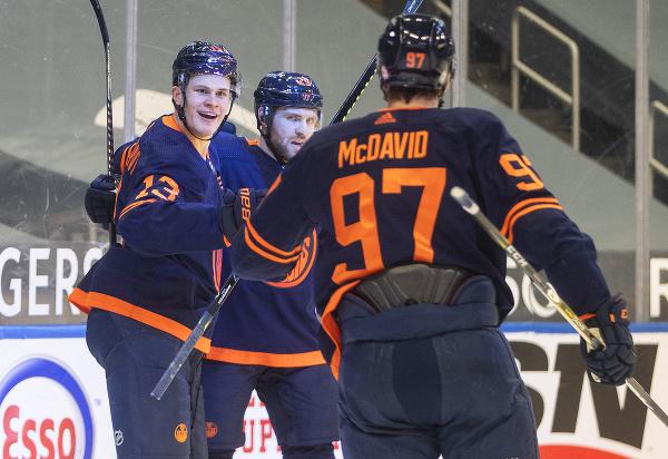 Hráči Edmontonu oslavujú gól