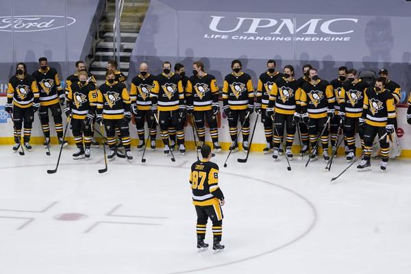 Sidney Crosby korčuľuje pred