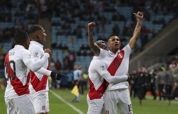 Hráči Peru oslavujú gól