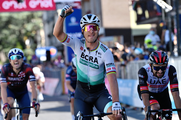 Peter Sagan oslavuje triumf