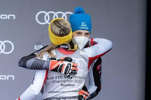 Petra Vlhová a gratulujúca