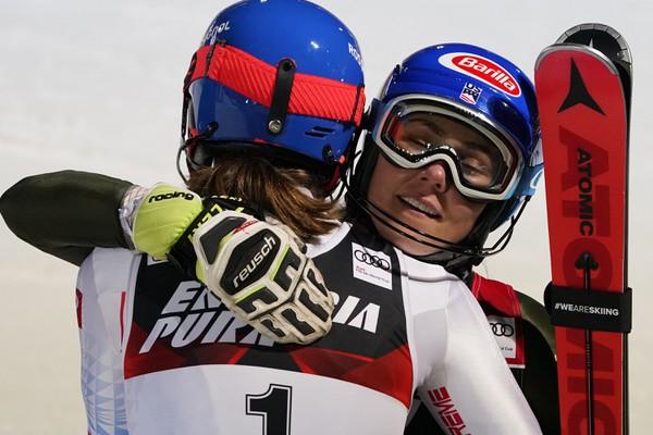 Mikaela Shiffrinová gratuluje Petre
