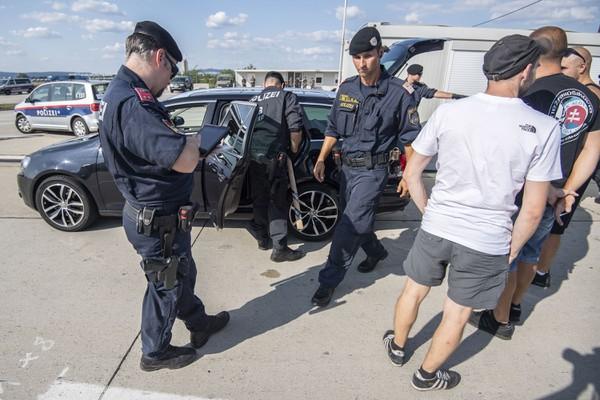 Rakúska polícia kontroluje fanúšikov