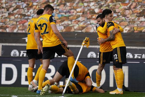 Hráči Wolverhamptonu Wanderers oslavujú