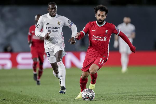Mohamed Salah (vpravo) kontroluje