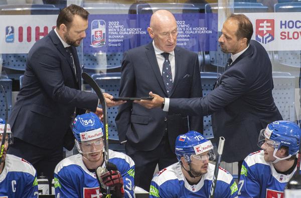 Uprostred tréner Slovenska Craig