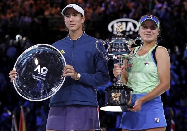 Sofia Keninová s trofejou