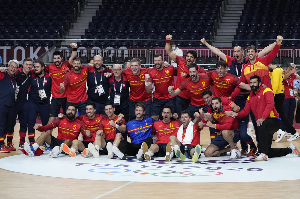 Španielski hráči oslavujú po