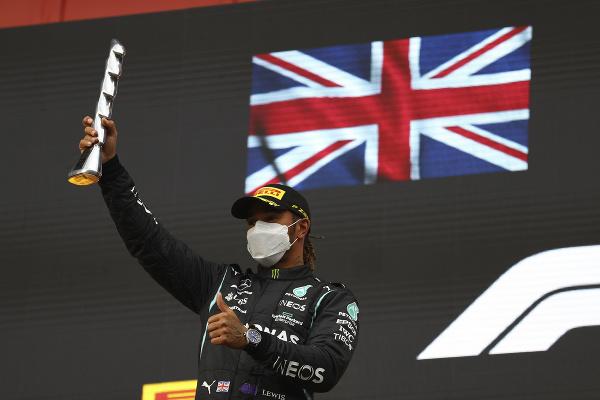 Lewis Hamilton na pódiu