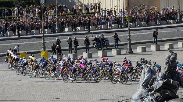 Pelotón cyklistov počas záverečnej