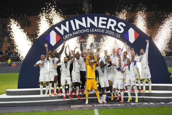 Francúzi s trofejou oslavujú
