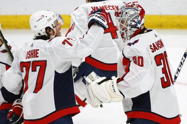 Hokejisti Capitals oslavujú víťazstvo
