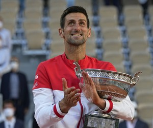 Novak Djokovič s trofejou na Roland Garros