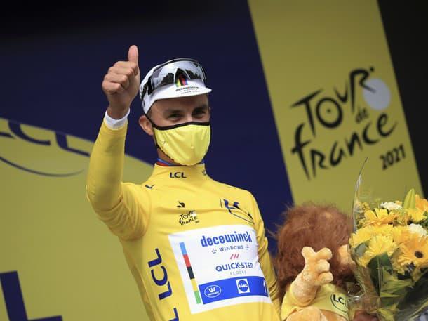 Julian Alaphilippe sa teší v žltom drese