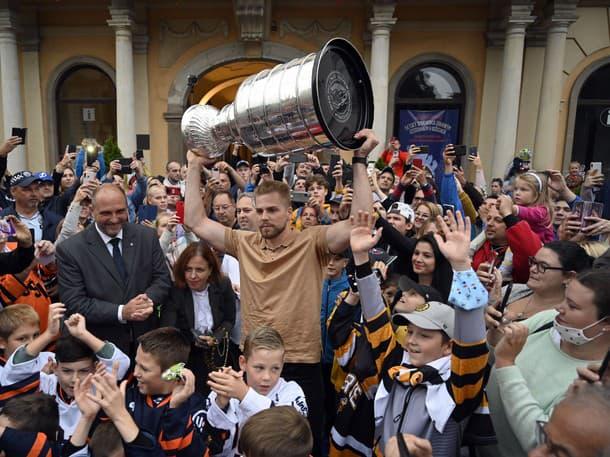 Erik Černák doniesol Stanley Cup na Slovensko